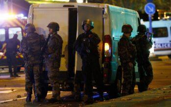 "Parigi chiusa per guerra Nelle strade deserte i segni del massacro ""Stato d'emergenza"""