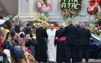 """Dalle suore ai ragazzi rasta ecco il popolo del Giubileo il Papa: """"Basta con la paura"""""""