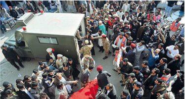 Massacro all'università in Pakistan Raffiche dei talebani su prof e studenti