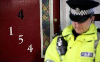 """Le case dei migranti marchiate con porte rosse """"È l'apartheid inglese"""""""