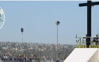 Il saluto di Francesco ai clandestini dalla rete al confine di Ciudad Juárez