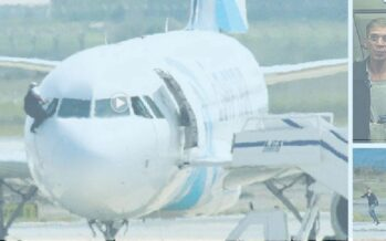 L'aereo dirottato tra falso esplosivo e selfie