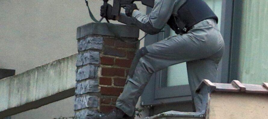 Battaglia a Bruxelles a colpi di kalashnikov ucciso un jihadista
