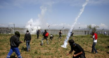 Idomeni, lacrimogeni sui profughi