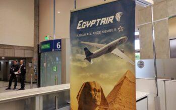 """""""Una palla di fuoco nel cielo"""" precipita il volo Parigi-Cairo Incubo bomba a bordo"""