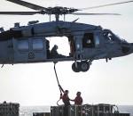 Un Sea Hawk trasporta munizioni sulla portaerei Ronald Reagan dislocata nel Pacifico durante il RIMPAC 2014