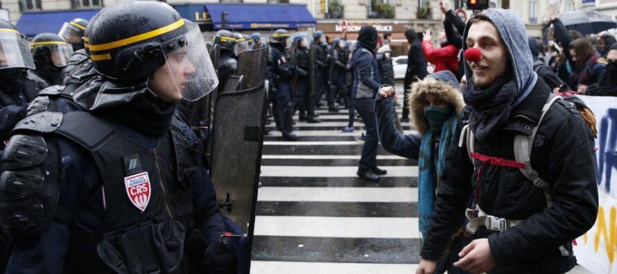 Loi Travail: bocciata la sfiducia, la protesta non si ferma