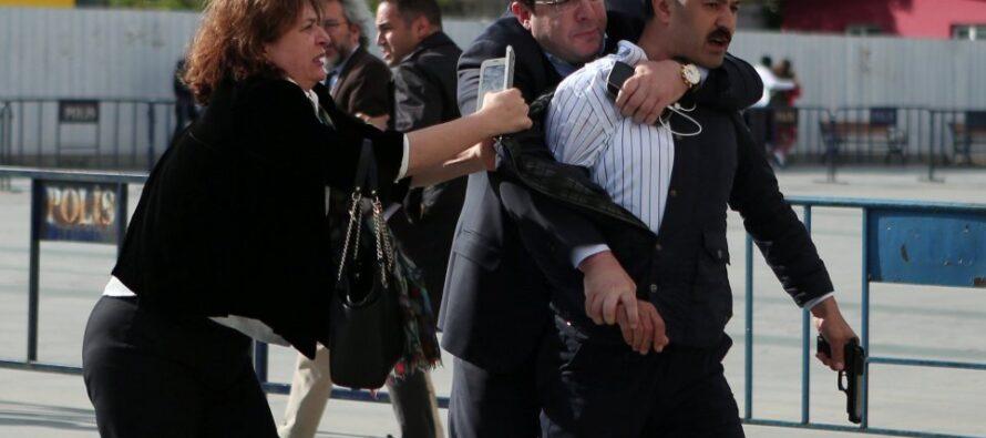Spari, poi la condanna attacco al giornalista che ha sfidato Erdogan