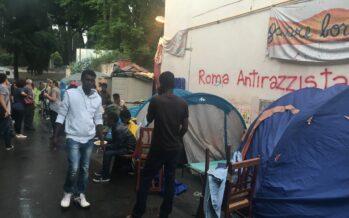 La polizia sgombra le tende dei rifugiati al centro Baobab di Roma