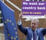 Nigel Farage con un cartello pro Brexit