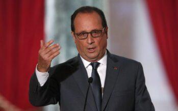 Hollande guarda passare i treni (fermi)