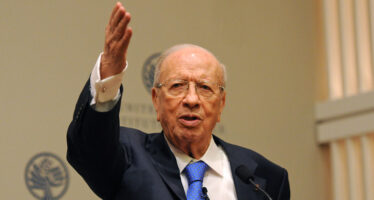 Tunisia, il nuovo governo di Youssef Chahed cammina sul filo