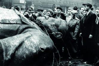 I rivoltosi di Budapest abbattono la statua di Stalin