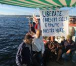 La protesta dei pescatori nel golfo di Oristano, sotto navi militari a Capo Teulada