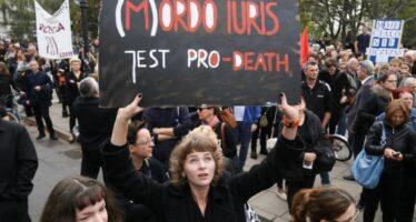 Il «lunedì nero» delle donne polacche manda in tilt il governo