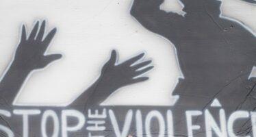Gasdotto Tap, i cittadini fanno scudo agli ulivi, la polizia li manganella