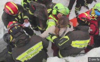 Sepolti sotto la neve all'hotel Rigopiano: salvati in dieci