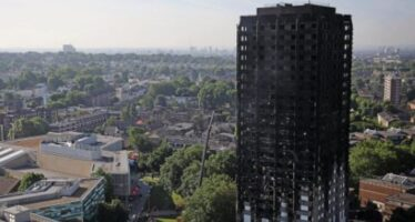 La rabbia esplode a Grenfell, dove di povertà si può bruciare