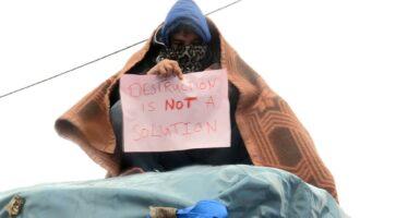 """Calais, nonostante gli sgomberi dei migranti tornano le """"giungle"""""""