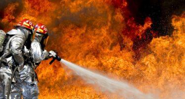 Le fiamme continuano a divorare la Val Susa, a Torino smog alle stelle
