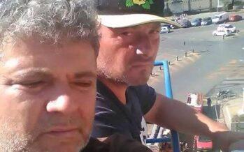 Napoli, due operai Hitachi sulla gru per difendere il lavoro