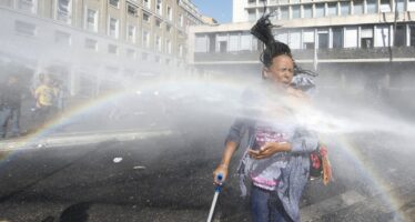 Idranti e manganelli contro i rifugiati a Roma