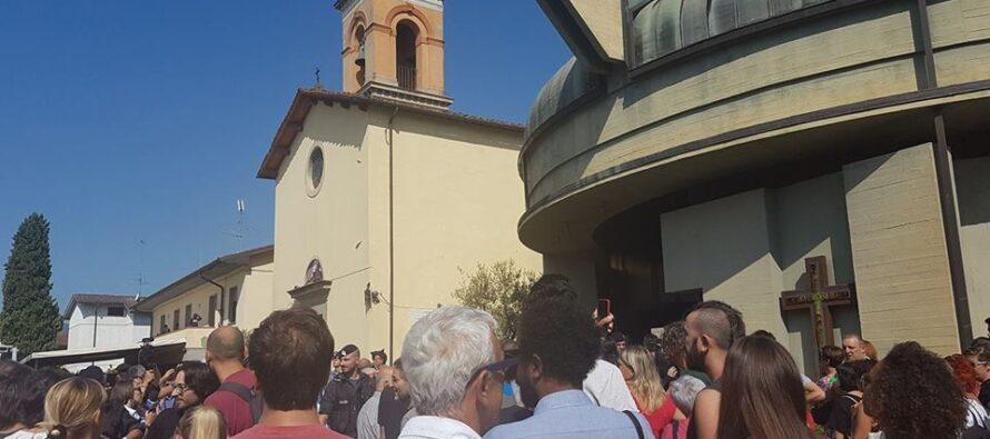 """A Pistoia don Massimo Biancalani dice messa e sfida i fascisti: """"Porterò i migranti al mare"""""""