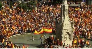 La manifestazione unionista a Barcellona: «Siamo un milione fermeremo i golpisti»