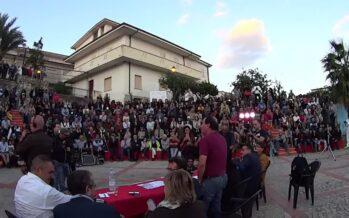 Riace, una folla solidarizza con Mimmo Lucano e lui rivendica tutto