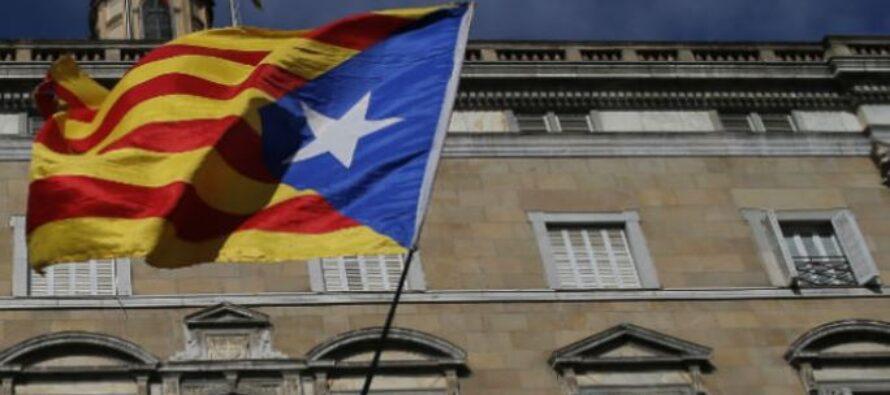 Il nuovo Parlament catalano parte tra toni moderati e illustri assenti