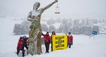 Blitz di Greenpeace a Davos contro le multinazionali