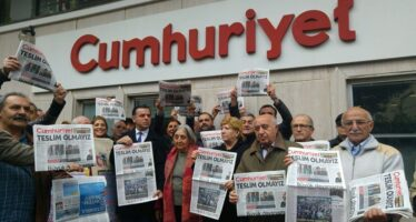 Sentenza in Turchia, pesanti condanne ai giornalisti di Cumhuriyet