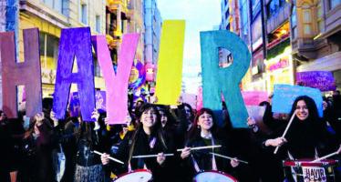 Turchia. «Noi marciamo da sole», a Istanbul con la Marcia notturna femminista