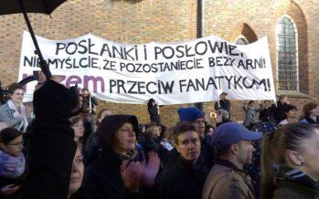 Le donne in piazza in Polonia contro Kaczynski e il divieto di aborto