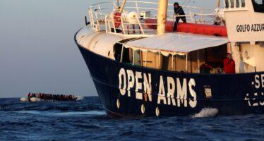 Open Arms salva 313 migranti, l'Italia resta chiusa alle ONG