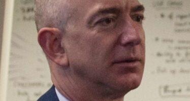 Proteste e sciopero in Amazon per il premio tedesco a Jeff Bezos