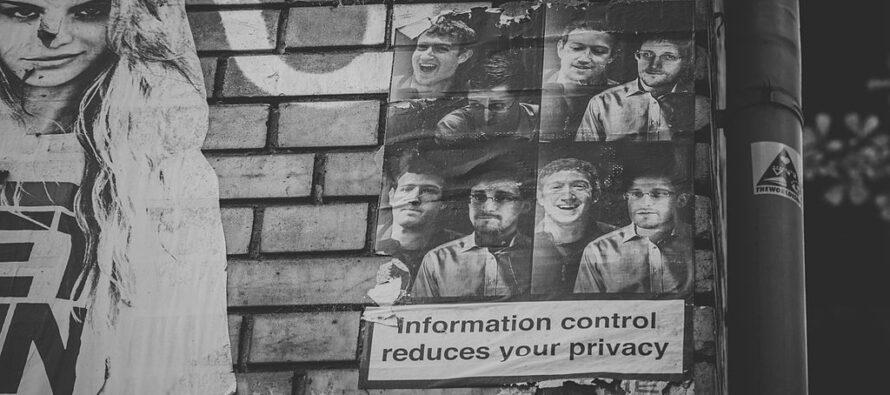 Edward Snowden contro Mr. Facebook «E poi il criminale sono io»