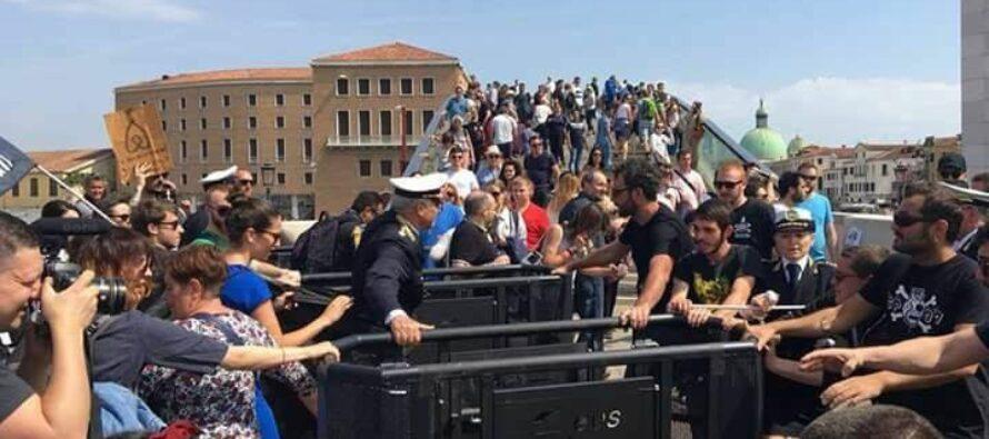 """""""Venezia non è un luna park"""", gli attivisti rimuovono i tornelli"""