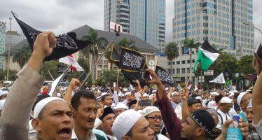 """Attentato """"famigliare"""" in Indonesia, madre e figli si fanno esplodere in tre chiese"""