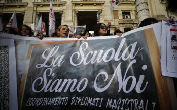 I maestri manifestano: «Un decreto per tutelare i precari a rischio licenziamento»