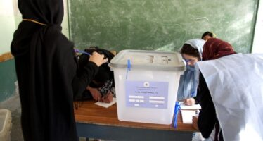 L'Afghanistan vota tra bombe e controlli biometrici