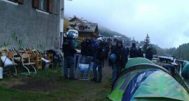 La polizia sgombra il rifugio Chez Jesus, sulle Alpi ora solo gelo e passeur