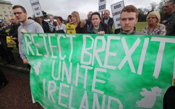 Theresa May difende l'accordo sulla Brexit, ma si dimettono in otto e il governo vacilla