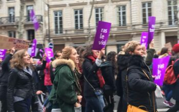 Una valanga viola invade Parigi per i diritti delle donne