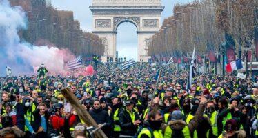 Parigi, città chiusa. Il paese brucia, Macron fa la sfinge