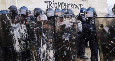 Parigi brucia? Gilet gialli e casseur all'assalto, 100 feriti, 270 arresti
