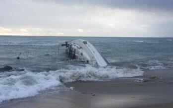 In Calabria salvati dalla popolazione 50 curdi in barca a vela
