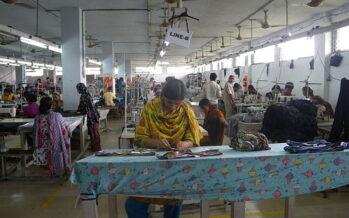 La lotta paga anche in Bangladesh: aumentati i salari dei lavoratori tessili