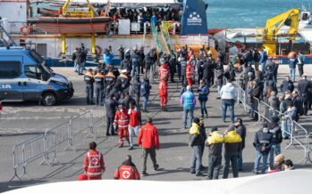 SeaWatch, finalmente a terra, i migranti fanno festa
