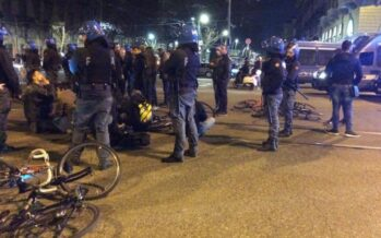 La polizia a Torino usa la mano dura contro i ciclisti della critical mass